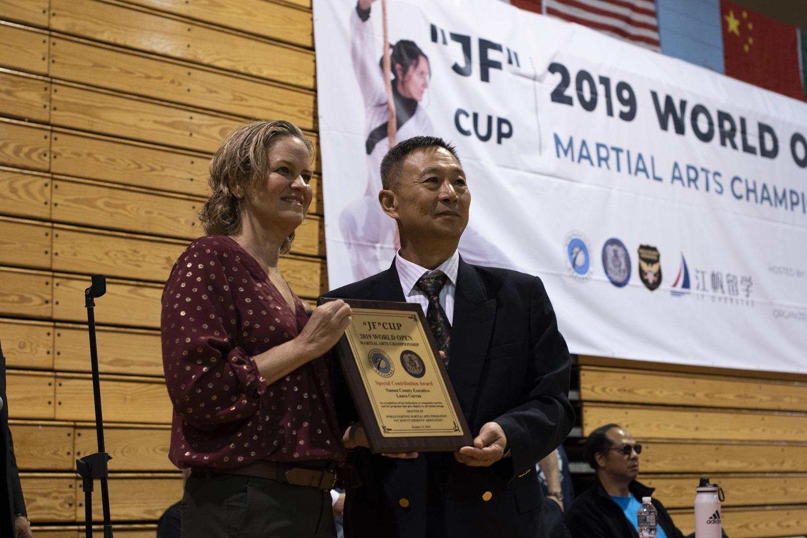 2019世界武术公开赛创始人Ted Gulong教授为Nassau County郡长Laura Curran女士颁发特殊贡献奖